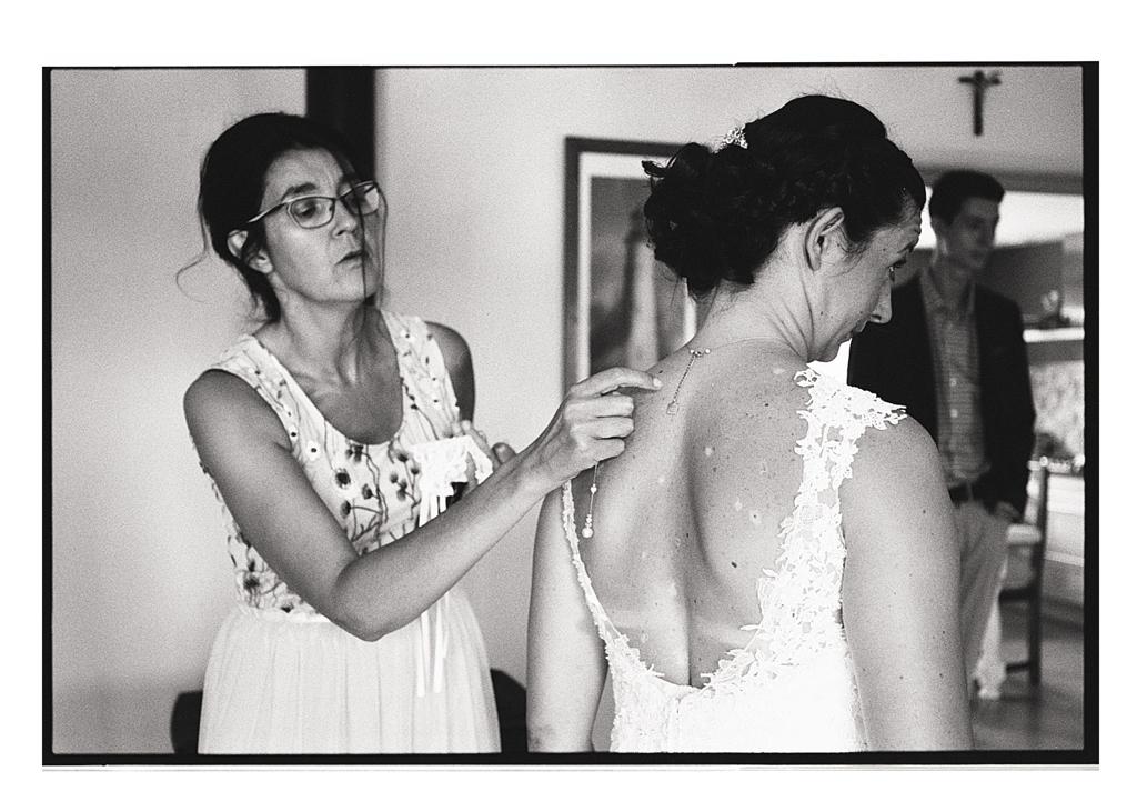 Mariage préparatifs de la mariée - Photographie argentique - reportages photos mariages dans le Nord.