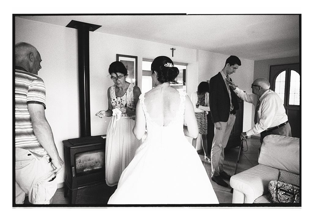 Préparatifs en famille - Mariage dans le Pas-de-Calais - reportage photo en noir et blanc - pellicules argentiques pour un mariage