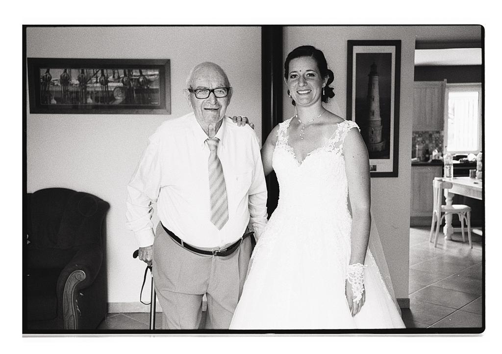 Portrait de la mariée et de son grand-père - Photographie argentique sur pellicule noir et blanc - reportage mariage des préparatifs