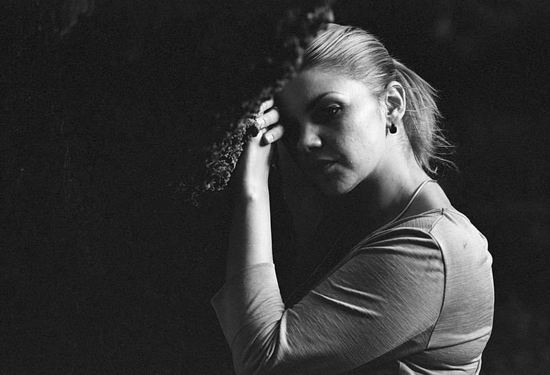 Séance portrait en noir et blanc - Photographie argentique de modèles - Pellicule Kodak BW400CN