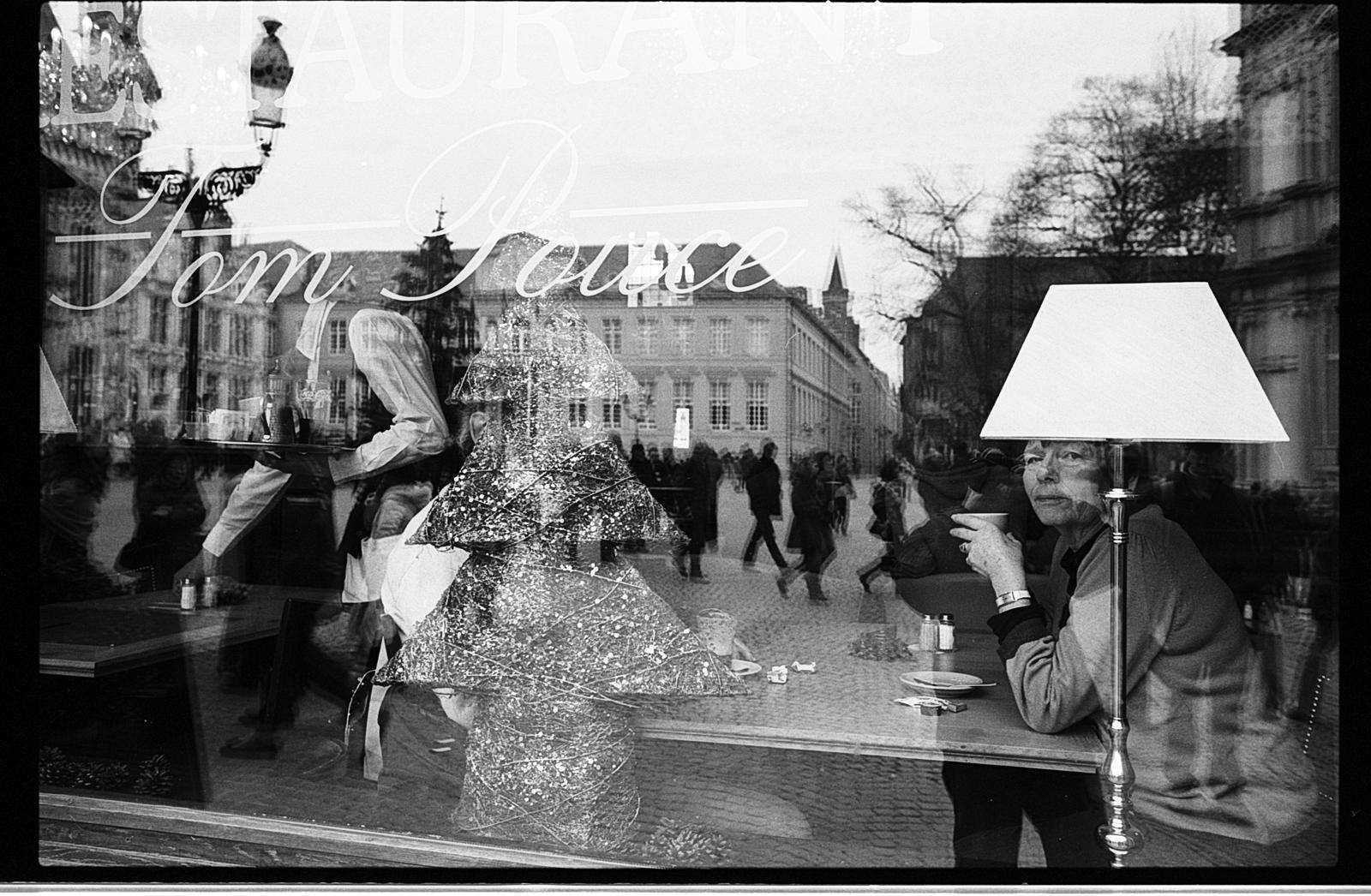 photo reflets vitre brasserie photographie de rue en noir et blanc argentique Kodak TMAX 400