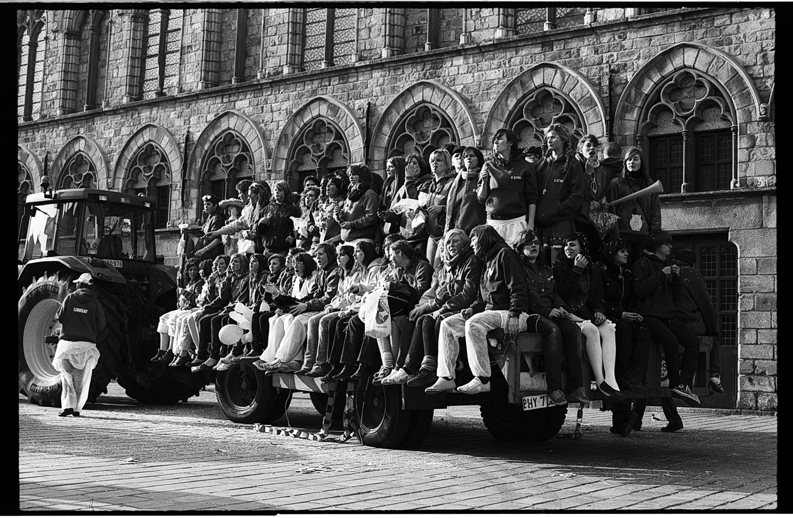 Blog photo argentique Nord et Flandre belge - Etudiants sur un char en Belgique