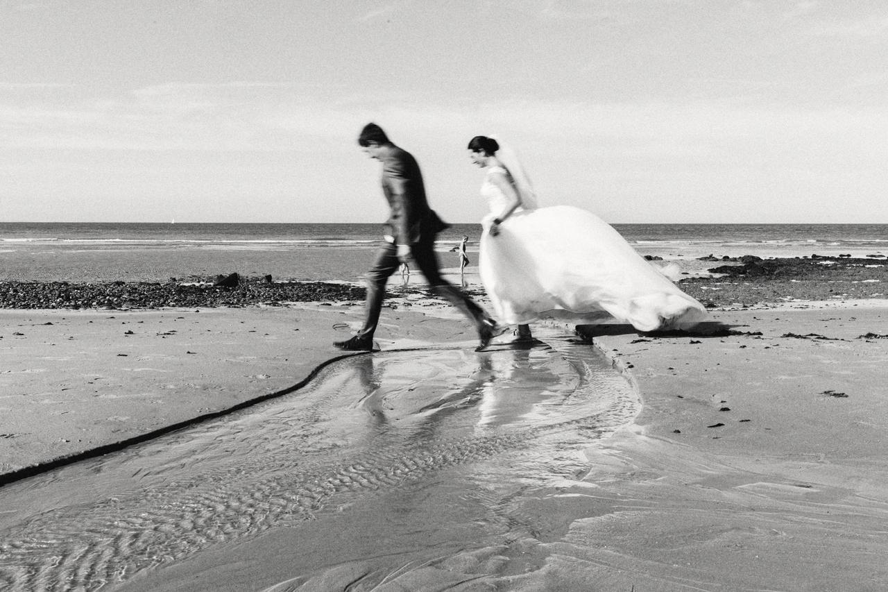 Les mariés pieds nus sur le sable - Photographies après mariage en noir et blanc - Côte d'Opale