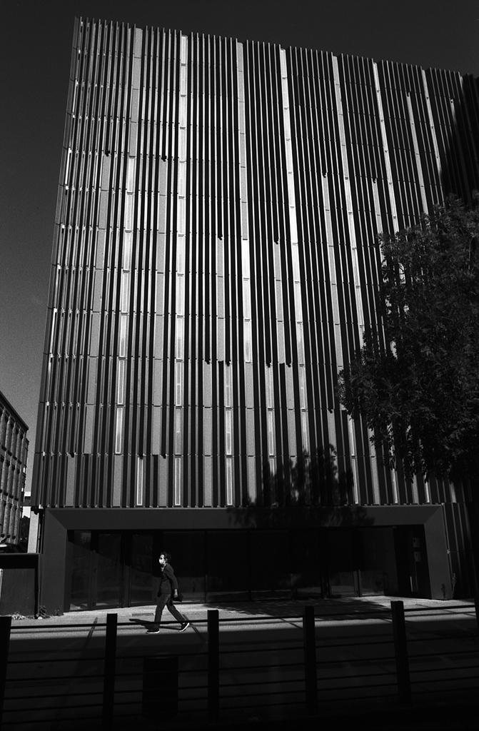 Photo de rue argentique contrastée pellicule Kodak Tmax 100 et filtre orange 040
