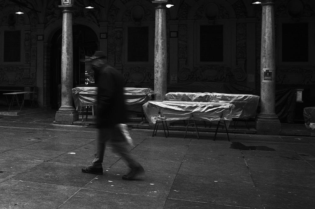 Photo de rue dans le Vieux Lille image en NB  argentique 135mm
