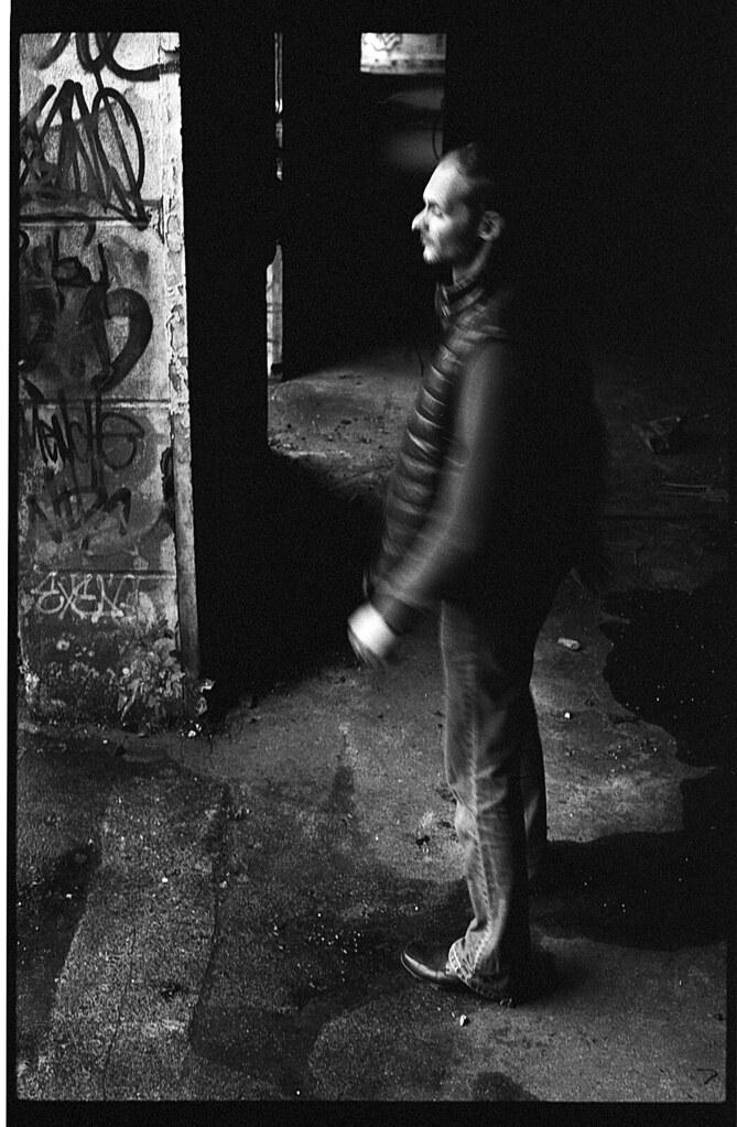 Photographie argentique dans la rue à faible vitesse. Pellicule noir et blanc Kodak BW400CN. Photographe argentique Nord - Blog photo argentique Histoires de photos