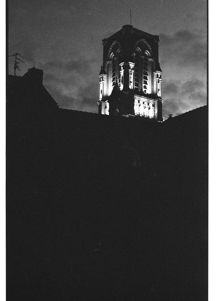 Vitesse lente film argentique. Pellicule noir et blanc dans la rue  Ilford HP5 exposée à 1600 ISO.