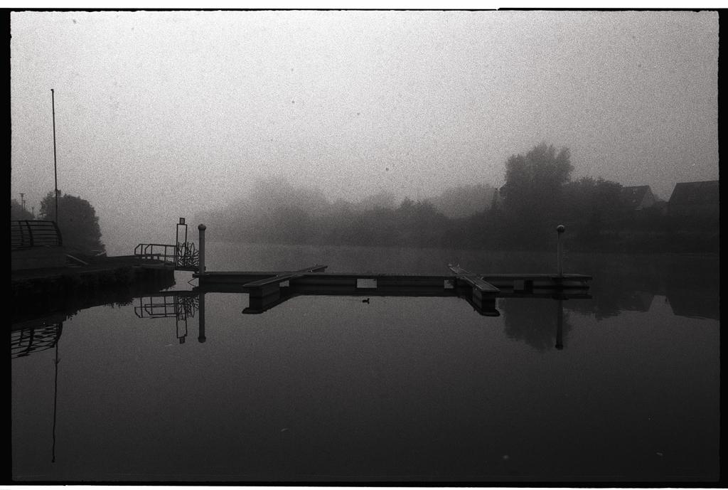 Grain argentique photographie artistique paysage sous la brume noir et blanc Nord tirage en vente
